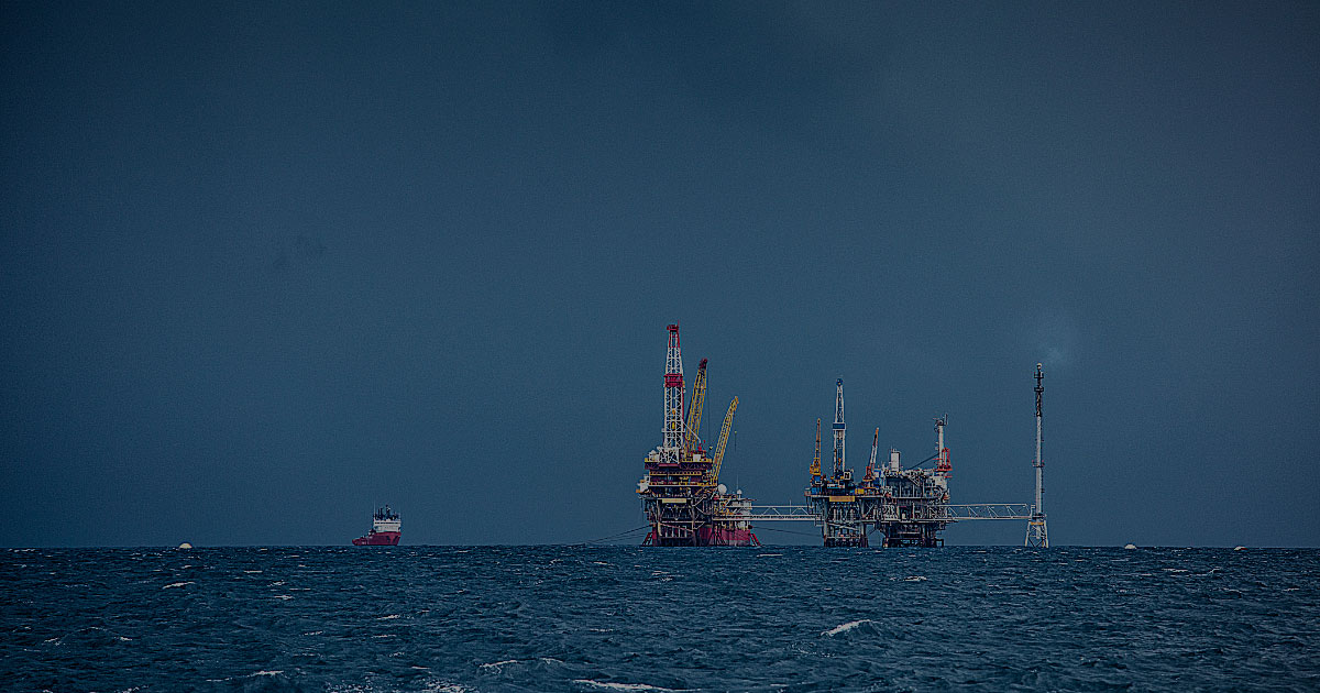 metocean pro oil platform on sea horizon