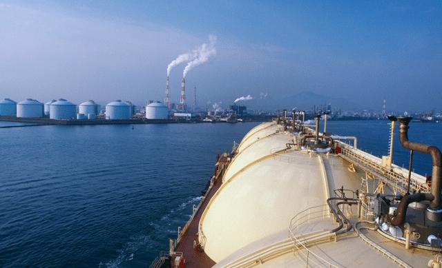 lng tanker pulling into port